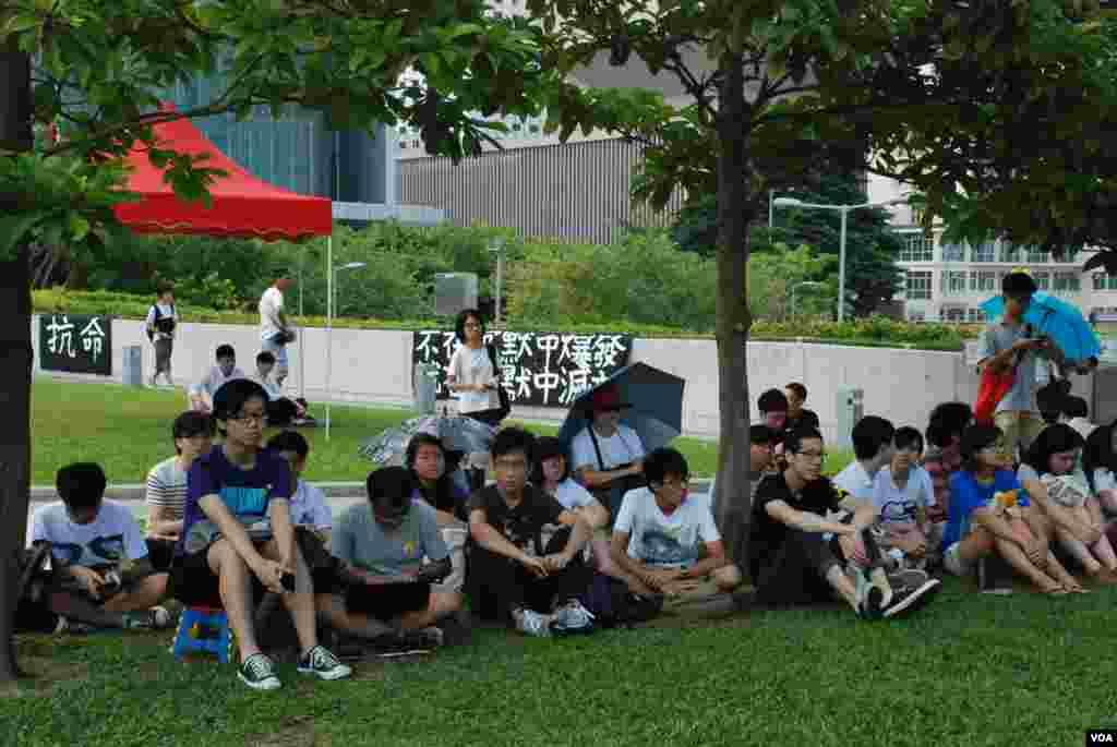 響應大專生罷課的學生在添馬公園參與公民講堂,發起中學生罷課的學民思潮表示,中學生罷課也有街頭教室,強調罷課不罷學