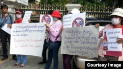 Former beer promoters on August 5, 2015 staged a strike in front of Anco Brother Co., Ltd by showing banners demanding that the company compensate them for their dismissal which allegedly was illegaly by Cambodia's Labor Law. (Courtesy of Cambodian Food and Service Federation)