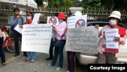 Former beer promoters on August 5, 2015 staged a strike in front of Anco Brother Co., Ltd by showing banners demanding that the company compensate them for their dismissal which allegedly was illegally by Cambodia's Labor Law. (Courtesy of Cambodian Food and Service Federation)