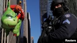 Un miembro de las fuerzas antiterroristas de la Policía de NuevaYork vigila durante el desfile de Thanksgiving de Macy's.