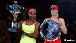Serena Williams (trái) và Maria Sharapova tại giải quần vợt Úc mở rộng năm 2015, Melbourne, 31/1/2015.