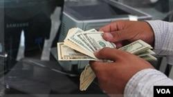 Los especialistas recomiendan ahorrar antes que el dinero de su cheque de pago llegue a sus manos.