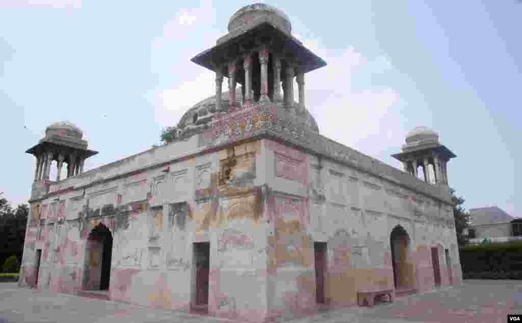 پاکستان کے شہر لاہور میں واقع گلابی باغ اور مقبرہ دائی انگہایک خاص تاریخ رکھتے ہیں۔