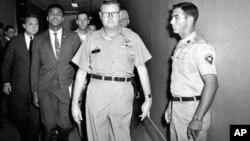 Muhammed Ali, askerlik şubesine götürülürken (28 Nisan 1967)