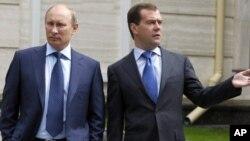 Firayim minista Dmitry Medvedev (hagu) da shugaba Vladimir Putin (dama). Danjuma da Danjummai?