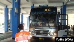 Petugas melakukan pengecekan kelayakan armada Angkutan lebaran 2017 terminal Tirtonadi Solo, 8 Juni 2017. (Foto: VOA/Yudha)