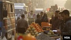 Para pedagang menjajakan buah-buahan di jalanan Kairo. Bantuan IMF akan dipakai untuk membantu bisnis kecil dan menengah di Mesir.