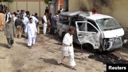 Para petugas keamanan berkumpul di lokasi ledakan bom bunuh diri di Quetta, Pakistan (8/8).