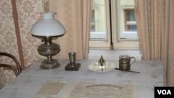 圣彼得堡列宁故居博物馆中列宁使用过的桌子。(美国之音白桦拍摄)