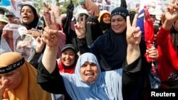 Para pendukung presiden terguling Mohamed Morsi dalam sebuah protes di Lapangan Rabaa Adawiya di Kairo (2/8).