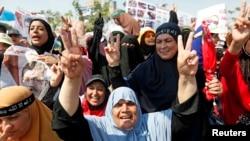 被推翻的埃及总统穆尔西的支持者在阿达维亚抗议者营地示威