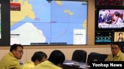 사조산업의 1,753t급 명태잡이 트롤선인 '501오룡호'가 1일 러시아 서베링해에서 침몰한 가운데 한국정부 세종청사 해양수산부 상황실에 '오룡호 중앙사고수습본부'가 설치돼 직원들이 사태 파악에 나서고 있다.