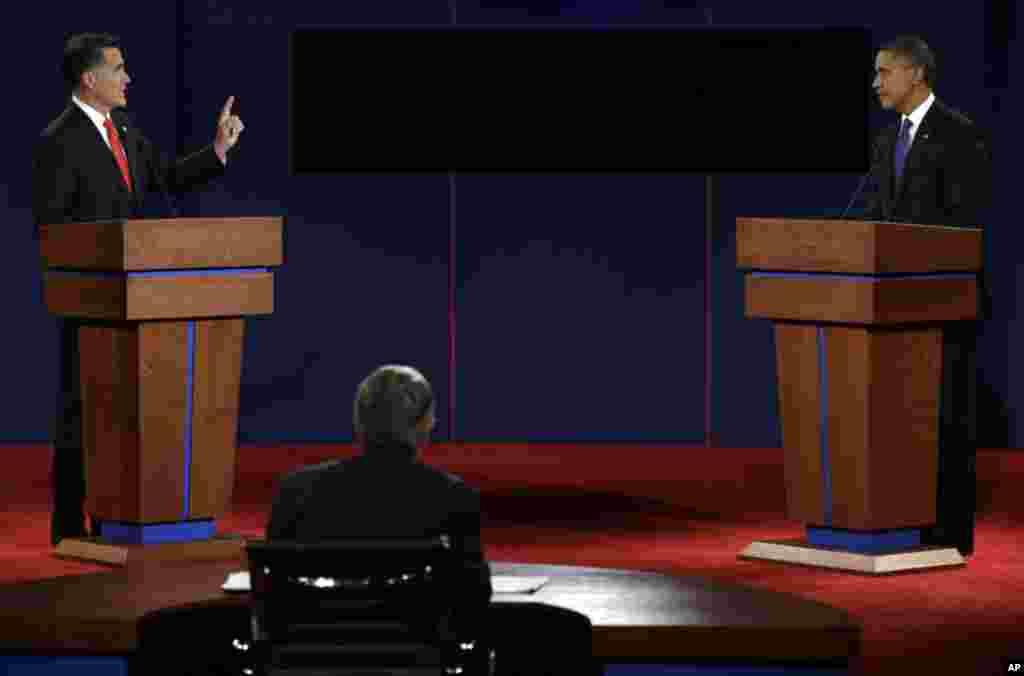 다음달 6일 미국 대통령 선거를 앞두고 3일 콜로라도주 덴버대에서 열린 첫 공개토론회에 참석한 미트 롬니 대통령 후보(왼쪽)와 민주당 바락 오바마 대통령(오른쪽). 가운데는 진행을 맡은 앵커 짐 레러.