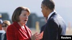 La senadora Diane Feinstein conversa con el presidente Barack Obama, a la llegada de éste a San Francisco en noviembre de 2013.