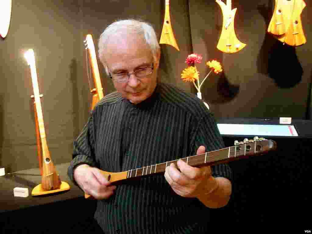 Bob McNally je izumio 'Strumstick', instrument koji je dizajniran tako da na njemu bilo tko može svirati muziku.