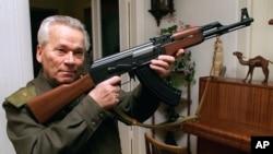 Mikhail Kalashnikov merancang senapan serbu AK-47 pada tahun 1947 ketika berusia 20 tahun (foto dok. tahun 1997).