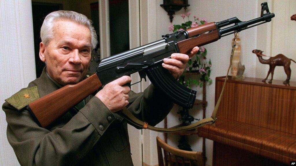 Ông Mikhail Kalashnikov thiết kế súng tự động AK-47 vào năm 1947.