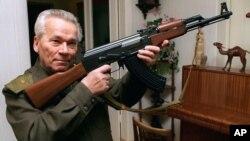 Михаил Калашников – создатель легендарного автомата АК-47 (архивное фото)
