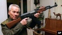 Mihail Kalašnjikov sa svojim izumom - istoimenom automatskom puškom (arhivski snimak 29. oktobra 1997.)