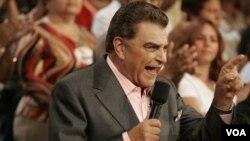 El popular presentador de Sábado Gigante, Mario Kreutzberger, continuará con Univisión presentando especiales.