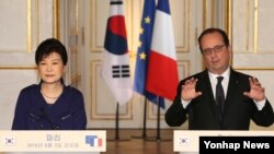 박근혜 한국 대통령(왼쪽)과 프랑수아 올랑드 프랑스 대통령이 3일 파리 엘리제궁에서 정상회담을 마친 뒤 공동기자회견을 하고 있다.