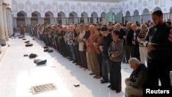 Les gens prient la prière Asr, à la mosquée Al Azhar dans le vieux Caire, Egypte, 25 novembre 2017.
