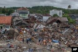La cifra de muertos podría aumentar en la medida que las autoridades visitan las zonas afectadas por el tsunami ocurrido en Indonesia.