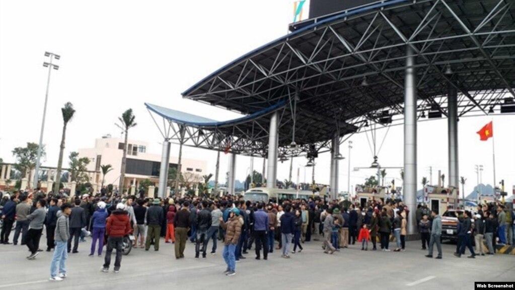 Tư liệu: Người dân và tài xế phản đối Trạm thu phí BOT Biên Cương, Cẩm Phả, Quảng Ninh, ngày 22/2/2018 (TTXVN)