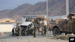 Binh sĩ Mỹ cho kéo một chiếc xe tải bị hư hại sau vụ đánh bom tự sát ở Kabul, Afghanistan, ngày 13/10/2014.