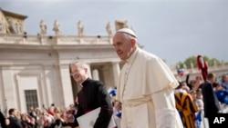 Le pape François sur la place Saint-Pierre au Vatican le 13 avril 2016.