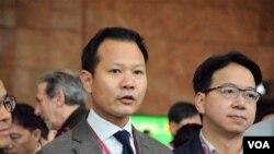 香港專業議政立法會議員郭榮鏗(左)及莫乃光。(美國之音湯惠芸)