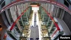 Pesawat Antariksa Shenzhou-9, Roket March-2F dan menara peluncuran roket siap dipindahkan ke lokasi peluncuran di Pusat Peluncuran Satelit Jiuquan, provinsi Gansu, Tiongkok (9/6).