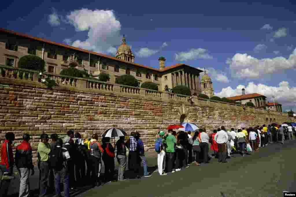 حکام کے مطابق لگ بھگ ایک لاکھ افراد مسٹر منڈیلا کے آخری دیدار کے لیے پریٹوریا کی یونین بلڈنگ آئے۔
