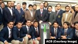 جان فلیپ، سفیر آسترالیا در کابل در میان ملی پوشان کرکت افغانستان