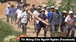Nhóm người mang gậy gộc, tuýp sắt tấn công các đan sĩ của Đan viện Thiên An vào ngày 29/6/2017.