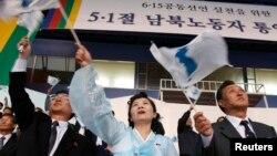 지난 2007년 5월 한국 창원에서 열린 6.15 공동선언 실천을 위한 남북노동자 행사에 북한 측 대표들이 참석했다. (자료사진)