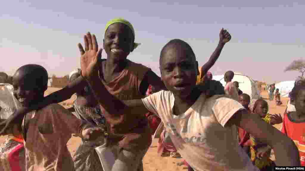 Children run after VOA's car in Assaga camp, Niger, March 3, 2016. (N. Pinault/VOA)