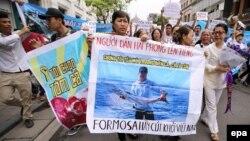 Người dân xuống đường biểu tình ở Hà Nội phản đối vụ cá chết hàng loạt ở các tỉnh miền trung, ngày 1/5/2016