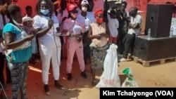 Populares recebem cestas básicas no Zango III, Bairro do Kitondo I, Luanda, Angola. 4 de Abril 2021