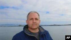 Esta foto sin fecha proveída por la familia Whelan muestra a Paul Whelan en Islandia. Whelan, un ex marine estadounidense detenido por espionaje en Rusia, recibió acceso a funcionarios estadounidenses, se conoció el miércoles, 2 de enero del 2019. (Cortesía Familia Whelan vía AP)