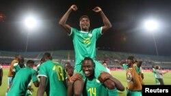 L'équipe du Sénégal après sa victoire contre la Tunisie en demi-finale de la CAN-2019 au Caire le 14 juillet 2019.