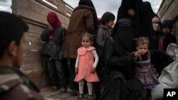 Parempuan dan anak-anak yang dievakuasi dari bekas markas ISIS di kota Baghouz, Suriah setelah ISIS dikalahkan oleh Pasukan Demokratik Suriah (SDF) (foto: ilustrasi).