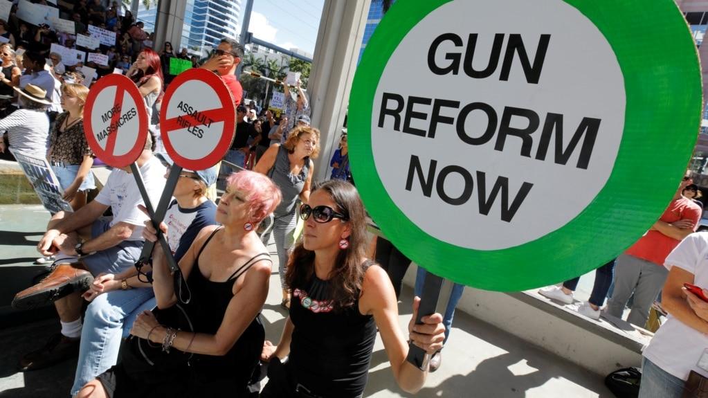 Manifestantes protestan la falta de control de armas en Fort Lauderdale, Florida, tres días después de la matanza en la escuela secundaria Marjory Stoneman Douglas.