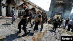 7일 이라크 바그다드 북부 발라드의 시아파 사원에서 발생한 폭탄 공격으로 수십명이 사망했다. 8일 시아파 무장조직 대원들이 사원 주변에 모여있다.