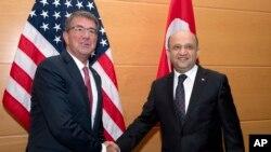 Bộ Trưởng Quốc phòng Mỹ Ash Carter (trái) và Bộ Trưởng Quốc phòng Thổ Nhĩ Kỳ Fikri Isik