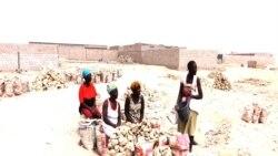 Vendedeiras de pedras no Namibe, Angola