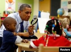 Tổng thống Mỹ Barack Obama chơi cùng với các em nhỏ trong một lớp học thuộc chương trình tiền mẫu giáo ở trung tâm học đầu đời College Heights ở Decatur, 14/2/2013.