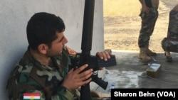 Chiến binh Peshmerga bên ngoài một ngôi nhà mới chiếm lại từ phe Hồi giáo cực đoan ở Mosul.