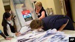2일 우크라이나 동부 도네츠크의 투표소에서 선거위원들이 투표용지를 쏟고 있다.