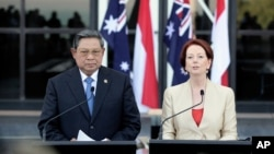 Indonesian President Susilo Bambang Yudhoyono, left, and Australian Prime Minister Julia Gillard hold a press conference at the Northern Territory Parliament House in Darwin, Australia, July 3, 2012